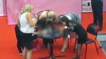 กิจกรรมสุดสยิวกลางห้างรัสเซีย 4 สาวแข่งใช้ปากกับ'ดิลโด้'!