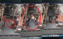 สุดโหด!! ชายหนุ่มจับเด็กทุ่มลงพื้นสลบ!! กระทืบหัวซ้ำ หลังถูกเอาตีนเขี่ยบนรถเมล์ (คลิป)