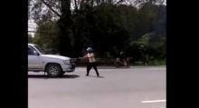มนุษย์ป้าปริศนา!!เดินส่ายกลางถนน จ้องบวกรถทุกคันที่ขวางหน้า