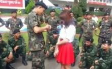 สุดน่ารัก ทหารขอแฟนแต่งงาน กลางค่ายทหาร