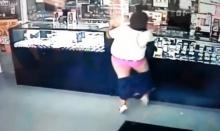 อ่อนหัด! โจรสาวอ้วน ใช้หินปล้นร้านจิวเวอรี กางเกงหลุดทุลักทุเล