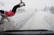 ช็อก! รถเก๋งพุ่งชนผู้หญิงกระเด็นไกลนับ10เมตร รอดปาฏิหาริย์