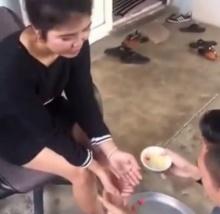 หนุ่มล้างเท้าคุณแม่วันสงกรานต์ แต่ทำไมคุณแม่ถึงสวยมากขนาดนี้