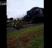 ระทึก!! เมื่อครอบครัวกำลังถ่ายเซลฟี่กัน จู่ๆก็โดนรถไฟชนกระเด็นตกราง!!