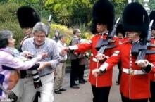 ดราม่า!!!ขบวนทหารองครักษ์ควีนอังกฤษ ชนนักท่องเที่ยวกระเด็น