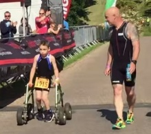สุดประทับใจ!!! หนุ่มน้อยพิการแข่งไตรกีฬา-ทิ้งเครื่องช่วยเดินเข้าเส้นชัยด้วยตัวเอง