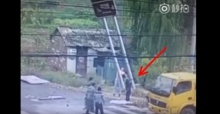 หวาดเสียว!!คนงานย้ายป้ายบอกทาง พลาดเกี่ยวสายไฟช็อต 3 คนล้มทั้งยืน!!