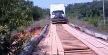 ระทึกรถบรรทุกวิ่งผ่านสะพานไม้..สุดท้ายร่วงคลองทั้งคัน