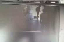 วินาที..ลูกชายวิ่งไปกระโดดถีบแม่กำลังกวาดพื้น
