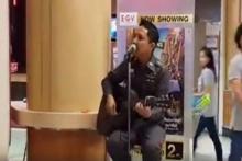 ต้องชมแล้ว!!คุณตำรวจใจหล่อร้องเพลงเล่นกีตาร์แบบเปิดหมวกในห้างเพราะมีความตั้งใจที่จะทำอย่างนี้