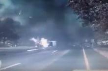 วินาที..รถกระบะยางระเบิด พลิกคว่ำไฟไหม้รถทันที!!