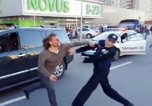 อดีตแชมป์มวยปล้ำเมาแล้วขับไม่ยอมให้จับง่ายๆ สู้ตำรวจ7นาย