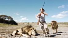 สิงโตกระโจนขย้ำนายพรานขณะถ่ายรูปกับซากสัตว์ (ชมคลิป)