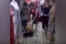 ตบยับ! แก๊งแม่ค้าตั้งศาลเตี้ย รุมตบตี-จับแก้ผ้าสาวหัวขโมยในร้าน