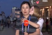 ถึงกับหลุด!! นักข่าวหนุ่มเกาหลี โดนสาวรัสเชียจู่โจมระหว่างรายงานข่าว(คลิป)