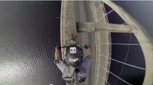 อย่างเสียว! ซิ่งมอเตอร์ไซค์บนขอบสะพาน