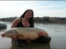 อึ้ง! นักตกปลาหญิง โชคหล่นทับตกปลาตัวใหญ่กว่า 30 โล