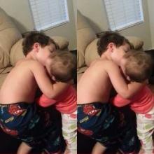 น่ารัก! พี่ชายจุ๊บน้องสาวที่มาปลุกเขาให้ตื่น
