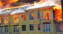 ลุ้นระทึก! นาทีชีวิต ช่วยชีวิตหนุ่มติดบนตึกไฟไหม้