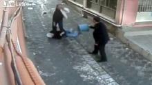 หนุ่มใจกล้า!! เข้าช่วยหญิงถูกสามีแทงกลางถนน
