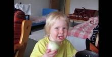 อร่อยตรงไหน? หนูน้อยกินหัวหอมไปร้องไห้ไป เผ็ดมั้ยลูก!