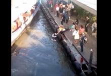 วินาที ช่วยชาวต่างชาติพลาดตกคลอง เหตุรีบขึ้นเรือ!!