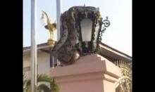 ตะลึง! งูเหลือมตัวใหญ่ นอนขดบนโคมไฟคอหวยแห่ขอเลข