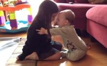 อบอุ่น! น้องชายตัวน้อยโอบกอดพี่สาวอย่างอ่อนโยน