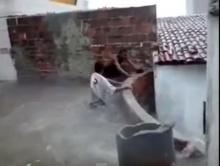 ท่อน้ำมรณะ!! ลงล้างท่อตัน ถูกดูดหายดับสยองต่อหน้าเพื่อน