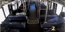 อย่างจัง!! นาทีสยอง รถบัสจอดติดกลางรางรถไฟ ก่อนโดนขบวนม้าเหล็กพุ่งชนอย่างจัง