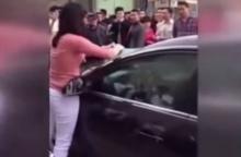 ชายมุดหัวอยู่ในรถ เหตุถูกจับได้ว่ามีชู้ ฝ่ายหญิงจึงแก้เเค้น แม้ต้องเสียเลือด