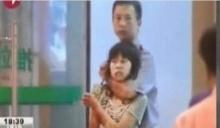 โหดจริงๆ ตร.หญิงปลอมตัวเป็นเด็กนักเรียน เดินไปจ่อยิงคนร้ายที่จับหญิงสาวเป็นตัวประกัน!!!