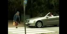 อย่ามาซ่ากับยาย!!!! หนุ่มบีบแตรเร่ง ยายข้ามถนน เจอตอกกลับแอร์แบ็กกระเด็น!!