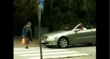 หนุ่มบีบแตรไล่ยายข้ามถนน เจอสวนกลับ เอาถุงกระแทกหน้ารถ แอร์แบคกระจายหน้าหงาย!