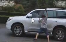 วินาทีชาวบ้านกระหน่ำปาหินใส่ รถ SUV ที่พยายามขับหนี หลังทำเรื่องเลวร้ายที่สุด!! (ชมคลิป)
