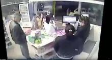 โจรปล้นร้านมินิมาร์ท โชคร้ายเจอตำรวจแวะซื้อของ