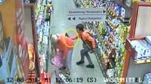 ระวังภัย!!!แฉนาทีโจร ล้วงกระเป๋าเหยื่อกลางซูเปอร์มาร์เก็ต