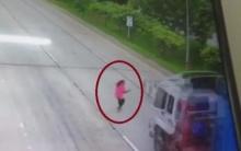 อุบัติเหตุหรือตั้ง!!!สาววิ่งข้ามถนน รถสิบล้อชนกระเด็นดับ!!!