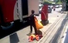 วิธีเอาถุงพัสดุขึ้นรถของ ไปรษณีย์ไทย เห็นแล้วเหนื่อยใจจริงๆ