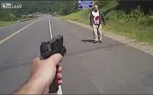 2 ตำรวจกระหน่ำยิงชายถือมีด ร่างพรุน 6 นัดดับกลางถนน