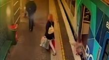 อุทาหรณ์ขึ้นลงรถไฟฟ้า..ผู้ปกครองดูก่อนดี ๆ ก่อนลูกหลานจะตกลงไปแบบนี้
