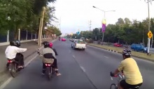 แฉแก๊งเด็กแว้นคะนอง!! ขี่รถประกบ ถีบนักปั่นจักรยาน!!