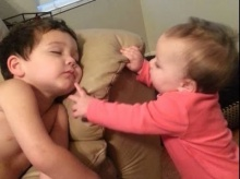 เมื่อน้องสาวตัวน้อย พยายามปลุกพี่ชาย มาดูว่าสุดท้ายเกิดอะไร