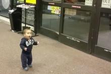 คลิปน่ารักๆเมื่อเด็กหัดเดินเจอประตูเลื่อนอัตโนมัติครั้งแรก