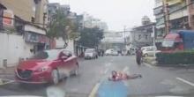แชร์สนั่นโซเชียล .. มนุษย์ป้า ฆ่าไม่ตาย ล้มต้วลงนอนขวางหน้ารถ หวังเรียกค่าเสียหาย