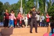 คลิปน่ารักๆ คุณตำรวจ นำหนูน้อย เต้นออกกำลังกายแก้หนาว ดูแล้วต้องอมยิ้ม^^