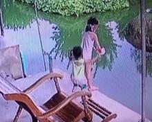 พ่อแม่ระวัง!!คลิปน้องวิ่งมากอดพี่สาว พี่ตกใจจนตกน้ำทั้งคู่