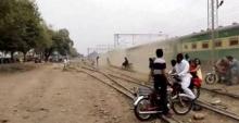 รถไฟปากีสถาน เร็วทะลุนรก! ชนมอไซค์แหลกกระจุย