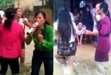 หยุดไม่ได้! ชาวบ้านเต้นฉลองงานแต่งท่ามกลางน้ำกำลังหลากท่วมหมู่บ้าน