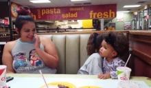 แชร์หนักมาก!!! คลิปน้องสาวตัวเล็กแต่ใจใหญ่ออกโรงป้องพี่สาวที่โดนแม่ดุ